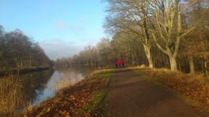 Löpning längs Göta Kanal i Novembersolen